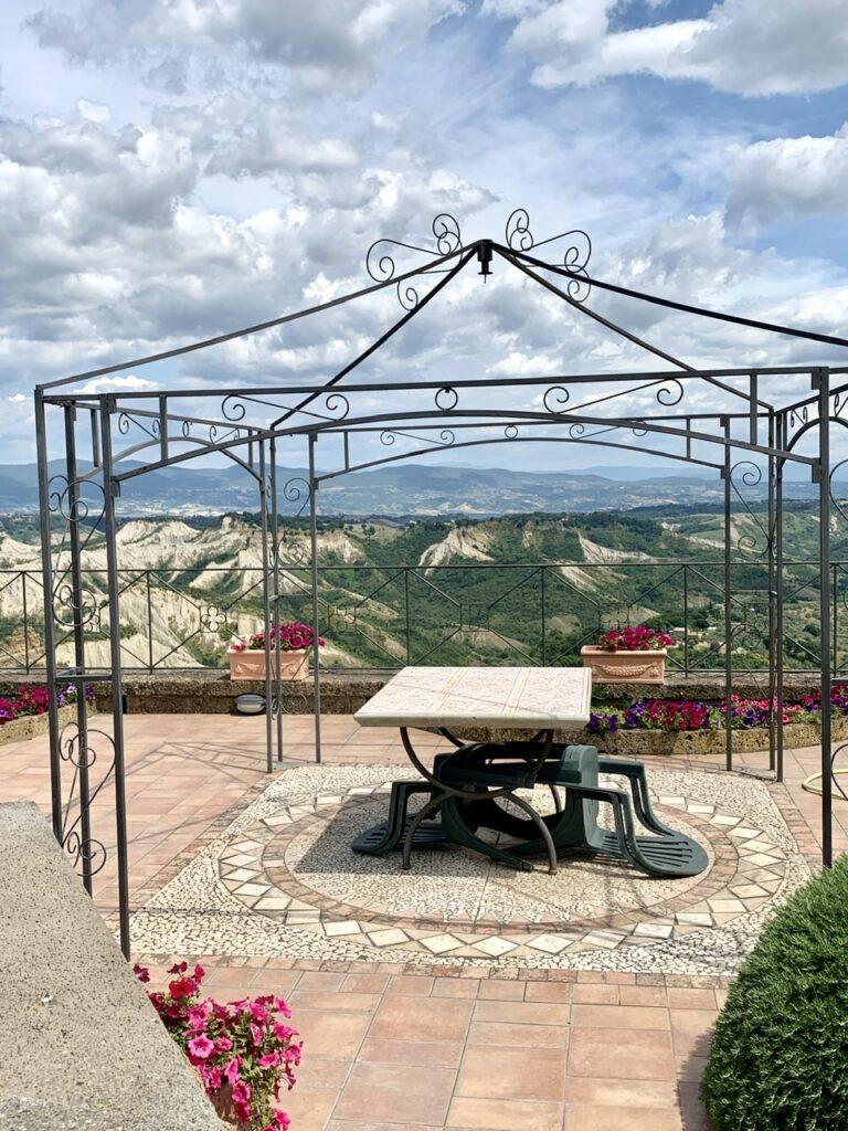 θέα στην πεδιάδα Valle dei Calanchi από το Il Giardino del Poeta