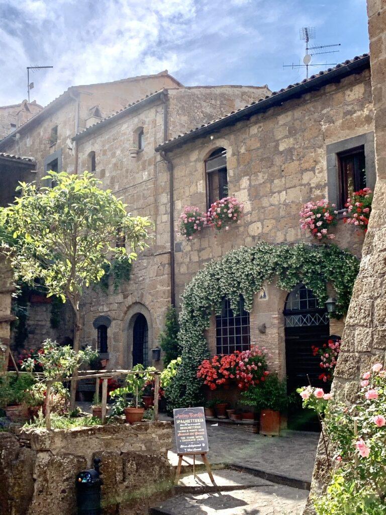 Το χωριό μοιάζει με υπαίθριο μουσείο
